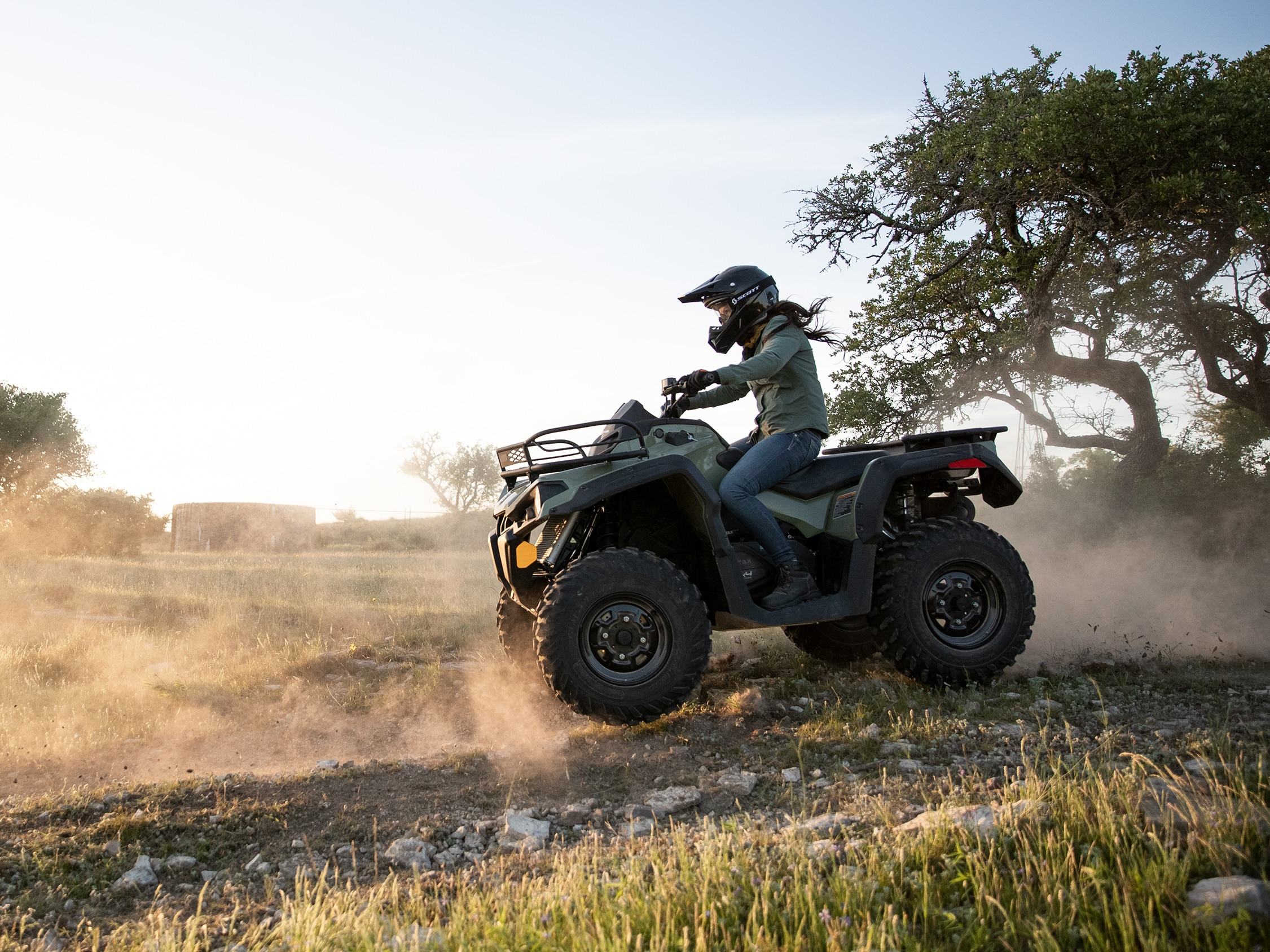 Una mujer conduciendo un ATV Outlander DPS 570 de Can-Am
