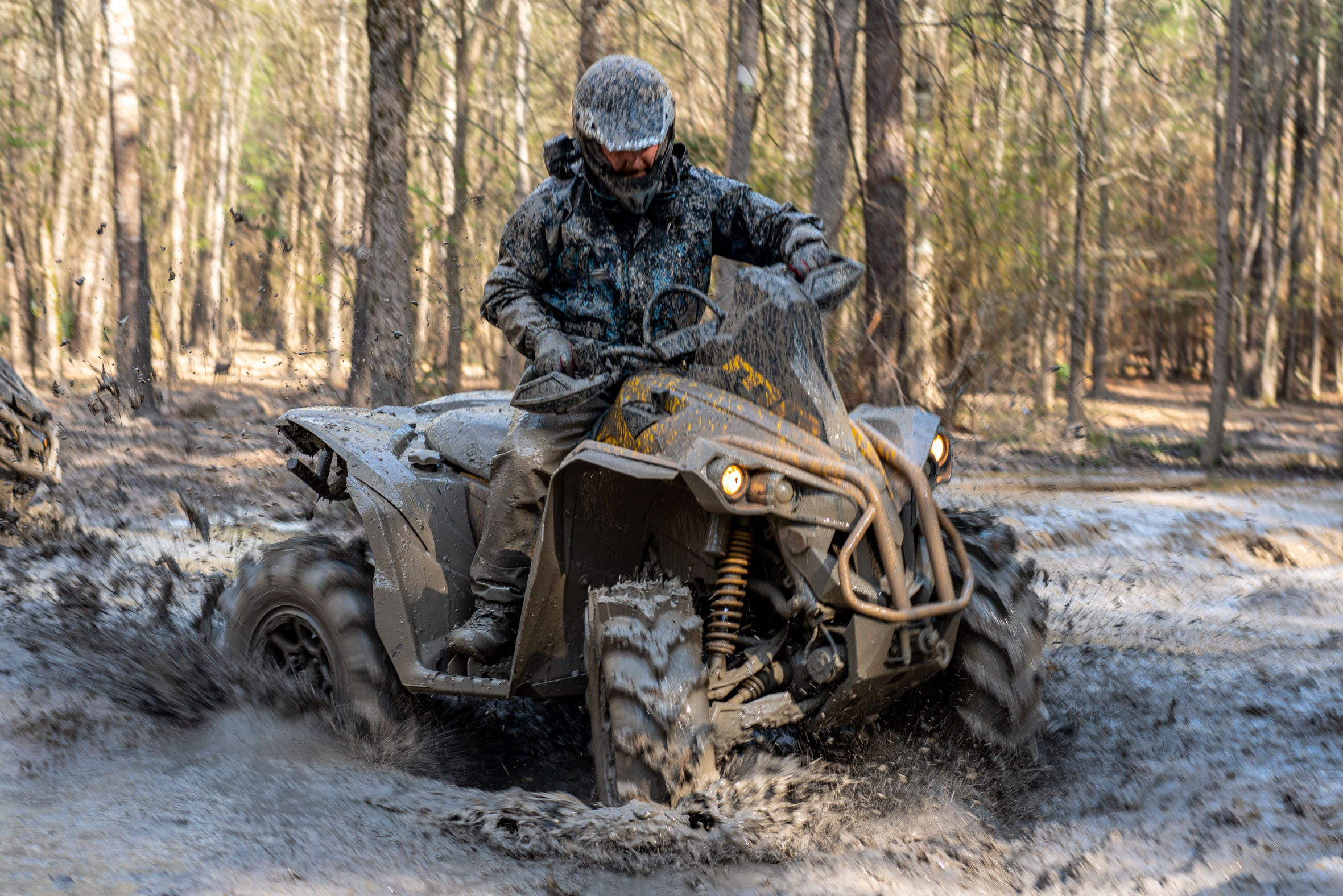 Can-Am Off-Road 2021 X MR ATV en un barrizal