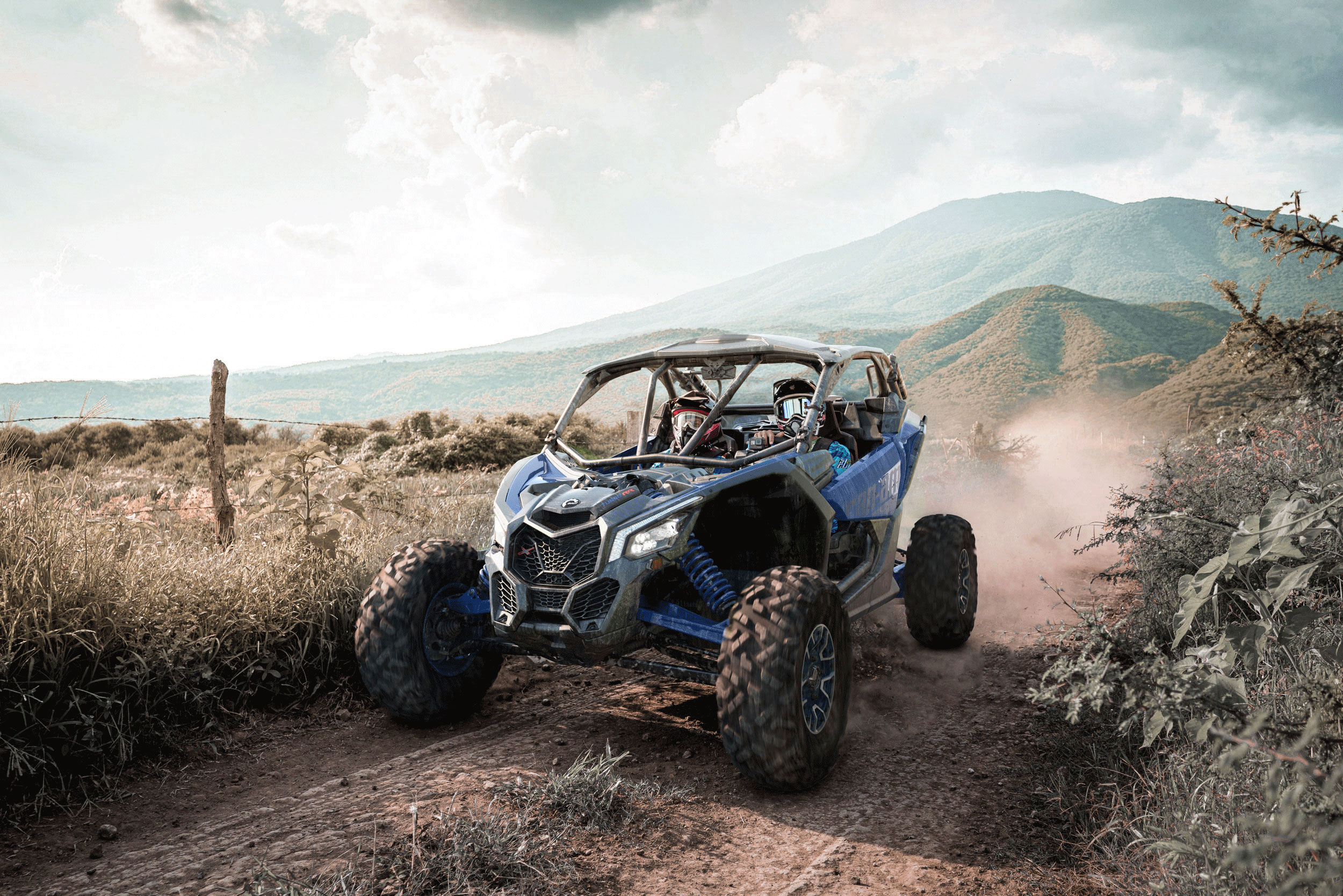 Un côte-à-côte Can-Am Maverick X rs Turbo RR dans un sentier