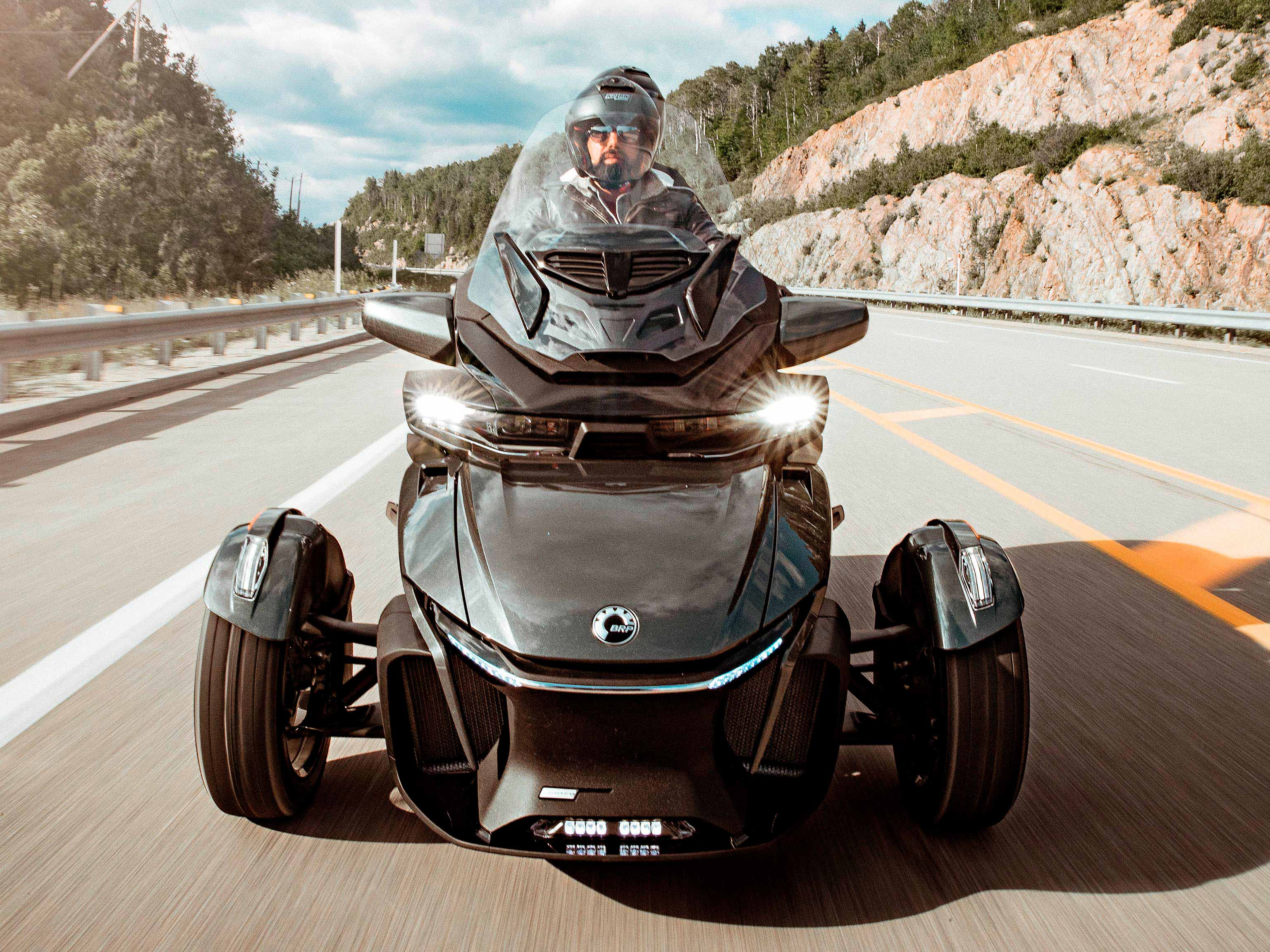Een Can-Am Spyder RT in Asphalt Grey op de autosnelweg